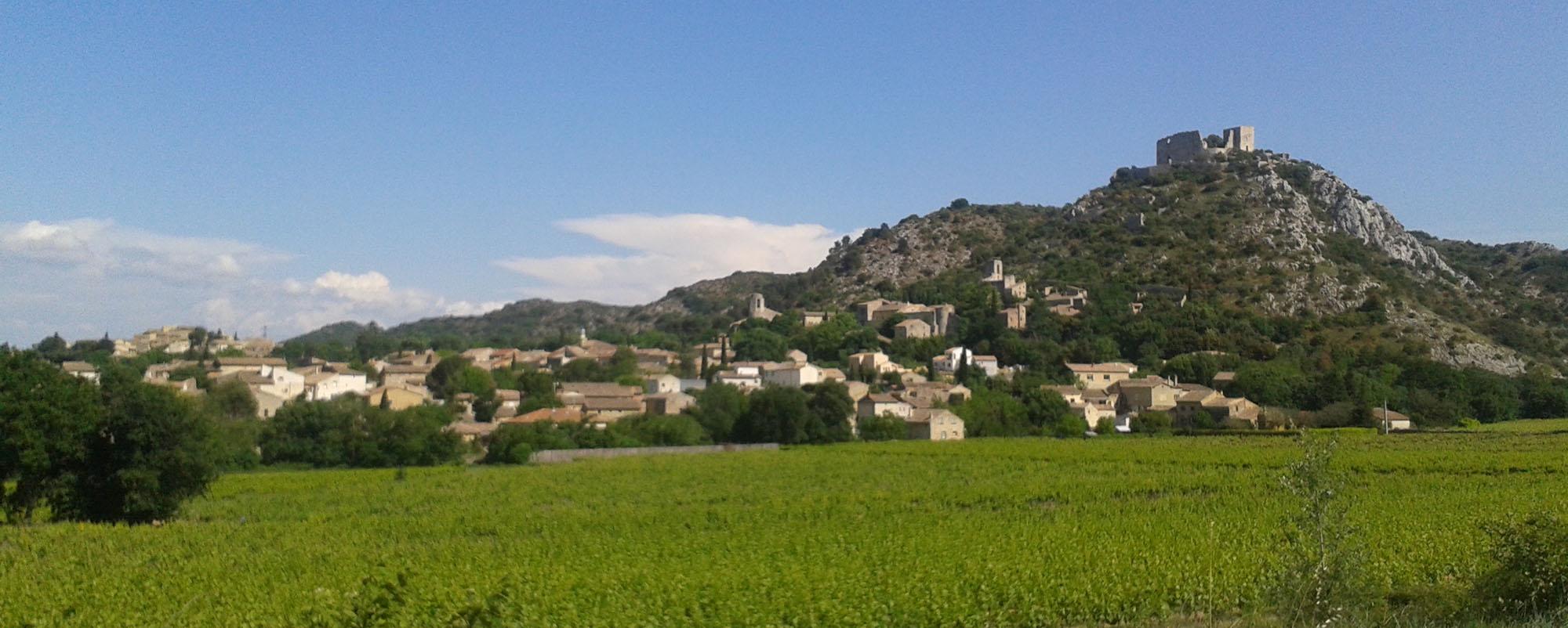 Le village de Saint Victor la Coste entre vignes et collines